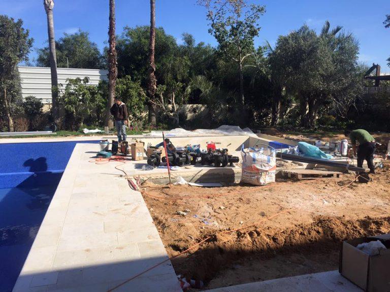 גקוזי ענק בחצר בשלבי בנייה עם פועלים